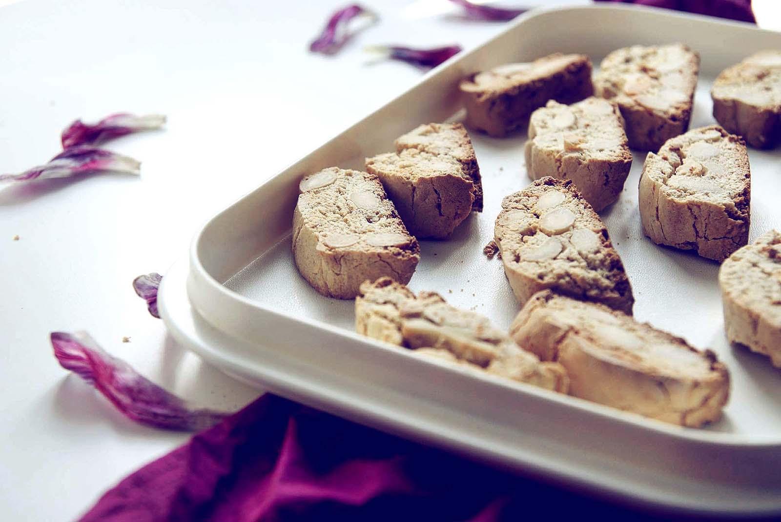 Bezglutenowe biscotti z migdałami przed podaniem