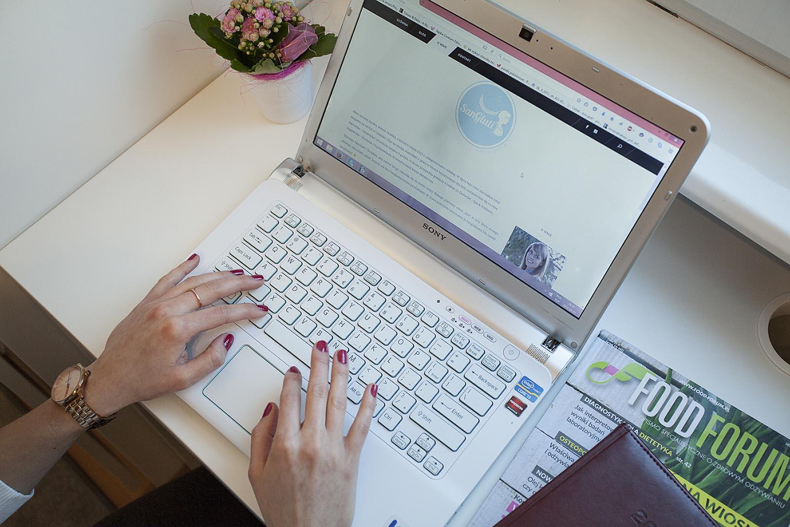 blog sangluti.pl wyświetlony na komputerze przenośnym