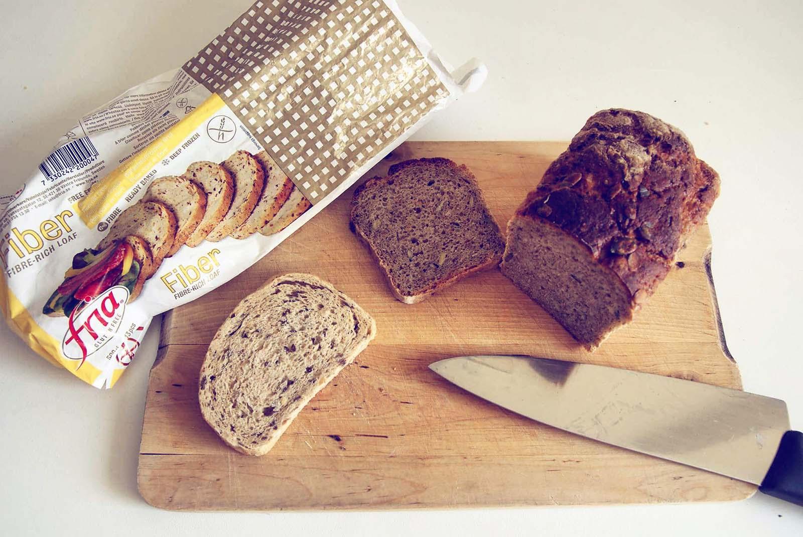 Chleb bezglutenowy na desce do krojenia
