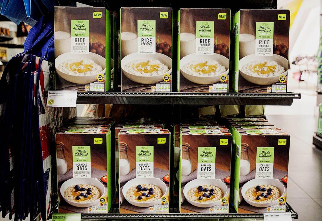 Półka sklepowa Marks&Spencer z ryżem i mąką bezglutenową
